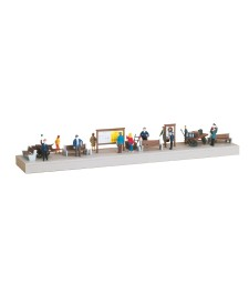 Platform equipment with figures   H0