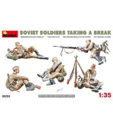 1:35 Soviet Soldiers Taking a Break - 5 figures