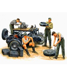 1:35 German Motorcycle Repair Crew  - 4 figures